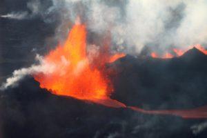 Spettacolare e Raro Fenomeno Meteo su un Vulcano in eruzione; il Video!