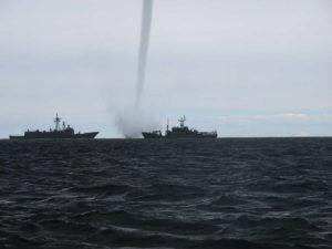 Una violenta tromba d'aria marina colpisce la costa russa. Ecco il video!